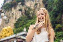 Femme avec le mahendi Main décorée du tatouage de henné Main de Mehendi image stock