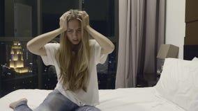 Femme avec le mal de tête banque de vidéos