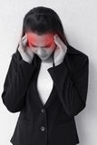 Femme avec le mal de tête, migraine, effort, insomnie, gueule de bois Images libres de droits