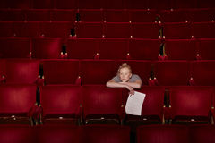 Femme avec le manuscrit à la stalle de théâtre Images stock