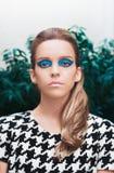 Femme avec le maquillage de mode, maquillage de vintage photographie stock