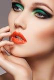Femme avec le maquillage de Noël Beau visage modèle de plan rapproché avec le renivellement de mode Photographie stock libre de droits