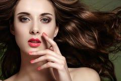 Femme avec le maquillage de ressort, visage propre, longs cheveux Image libre de droits
