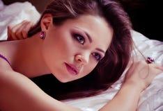 Femme avec le maquillage et les décorations précieuses Image stock