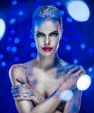Femme avec le maquillage lumineux créatif Image stock