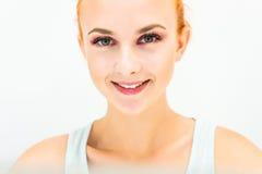 Femme avec le maquillage naturel sur un sourire léger de fond Photos stock