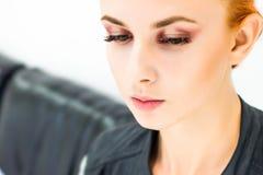 Femme avec le maquillage naturel sur un sourire léger de fond Photo stock