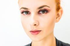 Femme avec le maquillage naturel sur un sourire léger de fond Photo libre de droits