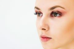 Femme avec le maquillage naturel sur un sourire léger de fond Photos libres de droits
