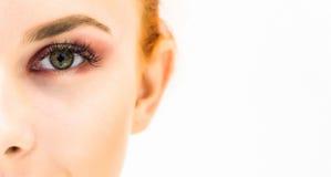 Femme avec le maquillage naturel sur un sourire léger de fond Images stock