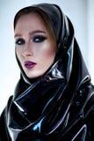 Femme avec le maquillage oriental et le hijab noir de latex photographie stock libre de droits
