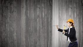 Femme avec le marteau Photo libre de droits