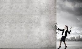 Femme avec le marteau Photo stock