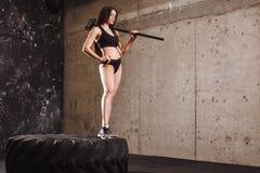 Femme avec le marteau dans le gymnase fille avec le marteau de forgeron dans la formation photographie stock