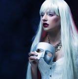 Femme avec le masque argenté Image libre de droits