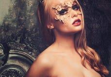 Femme avec le masque créatif de carnaval photographie stock libre de droits