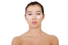 Femme avec le masque de levage d'oeil de collagène Image stock