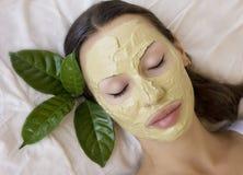 Femme avec le masque facial d'argile de Multani Matti d'Indien, station thermale de beauté Images stock