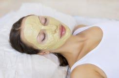 Femme avec le masque facial d'argile de Multani Matti d'Indien, station thermale de beauté Photos stock