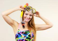 Femme avec le masque naviguant au schnorchel ayant l'amusement photographie stock