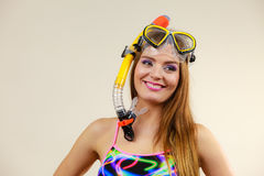 Femme avec le masque naviguant au schnorchel ayant l'amusement Photo stock