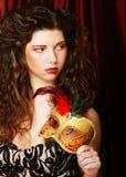 Femme avec le masque vénitien de carnaval de mascarade Photo stock