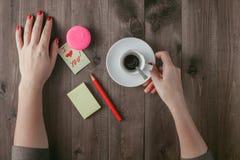 Femme avec le message de l'amour et de la tasse de café Image libre de droits