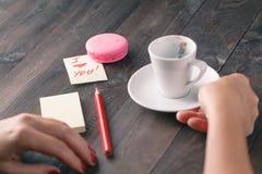 Femme avec le message de l'amour et de la tasse de café Photographie stock libre de droits