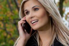 Femme avec le mobilophone Photo stock