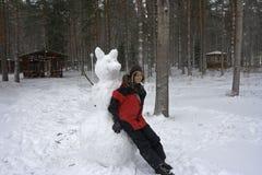 Femme avec le monstr de neige Photos stock