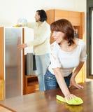 Femme avec le nettoyage de mari   pièce Photos stock