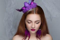 Femme avec le nid sur des cheveux Images stock