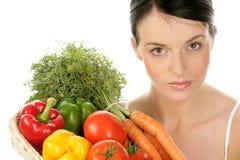 Femme avec le panier avec des légumes Photo stock