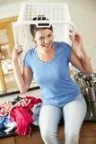Femme avec le panier de blanchisserie sur la tête photos stock