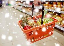 Femme avec le panier de nourriture à l'épicerie ou au supermarché Images stock