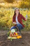 Femme avec le panier des légumes photographie stock