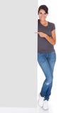 Femme avec le panneau d'affichage Photo libre de droits