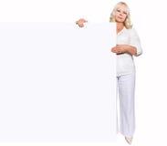 Femme avec le panneau vide - 50 années Image stock