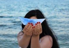 Femme avec le papership Photographie stock libre de droits