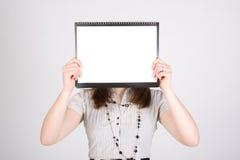 Femme avec le papier blanc Photos libres de droits