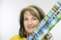 Femme avec le papier de cadeau Photographie stock libre de droits