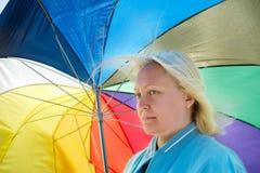 Femme avec le parapluie cassé Photographie stock libre de droits