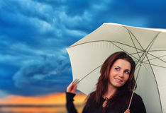Femme avec le parapluie dans un jour pluvieux images libres de droits