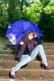 Femme avec le parapluie en stationnement dans l'automne photos stock