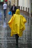 Femme avec le parapluie marchant sous la pluie Photographie stock