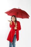 Femme avec le parapluie rouge. Photographie stock
