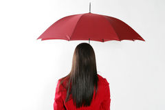 Femme avec le parapluie rouge. Image stock