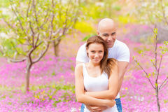 Femme avec le parc de l'homme au printemps Photo stock