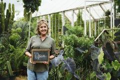Femme avec le passe-temps de jardinage extérieur Photos stock