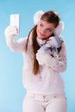 Femme avec le petit bonhomme de neige prenant la photo de selfie Photo stock